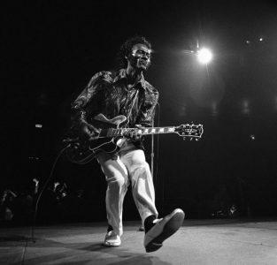 """Chuck Berry en el """"paso del pato"""" (duckwalk)"""